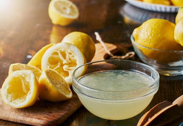 Ciotola piena di succo di limone appena spremuto
