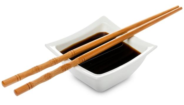 Ciotola quadrata di salsa di soia su bianco