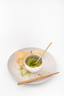 Ciotola riempita con polvere di matcha su un piatto