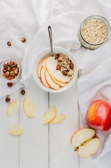 Ciotola sana della prima colazione di vista superiore con la mela