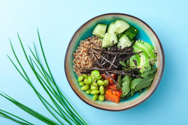 Ciotola vegetariana di quinoa, cetriolo, avocado, piselli