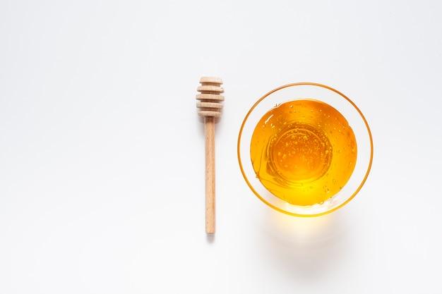Ciotola vista dall'alto riempita con miele fatto in casa