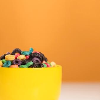 Ciotola vista laterale piena di cereali