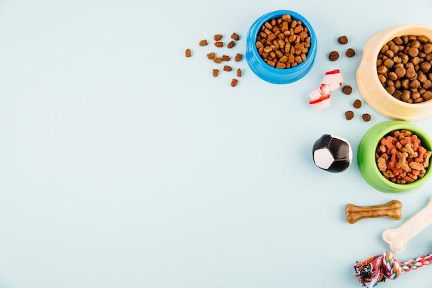 Ciotole con mangimi per animali