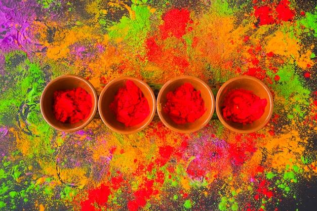 Ciotole con polvere rossa brillante sul tavolo