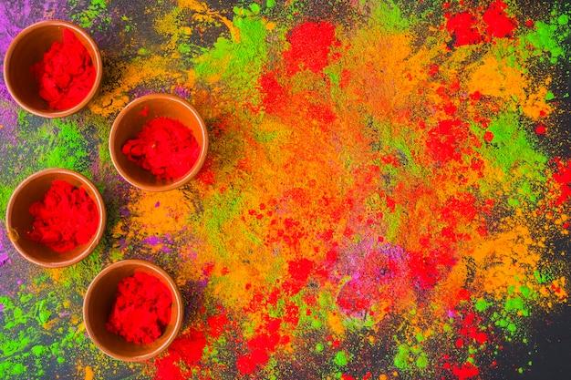 Ciotole con polvere rossa sul tavolo