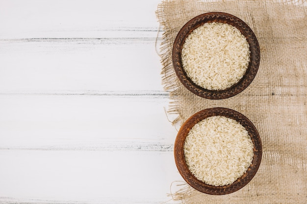 Ciotole con riso su tessuto di lino