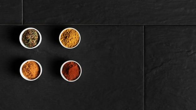 Ciotole copia-spazio con condimenti sul tavolo