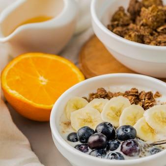 Ciotole della prima colazione con granola e mirtillo