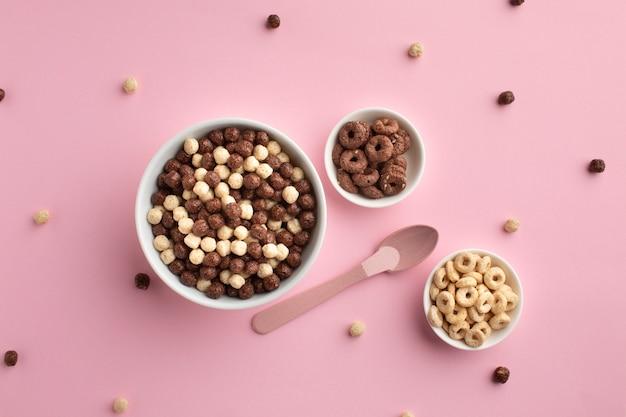 Ciotole di cereali croccanti vista dall'alto