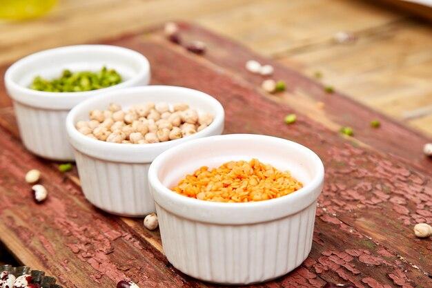 Ciotole di fagioli e legumi vari.