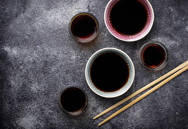Ciotole di salsa di soia messa a fuoco selettiva
