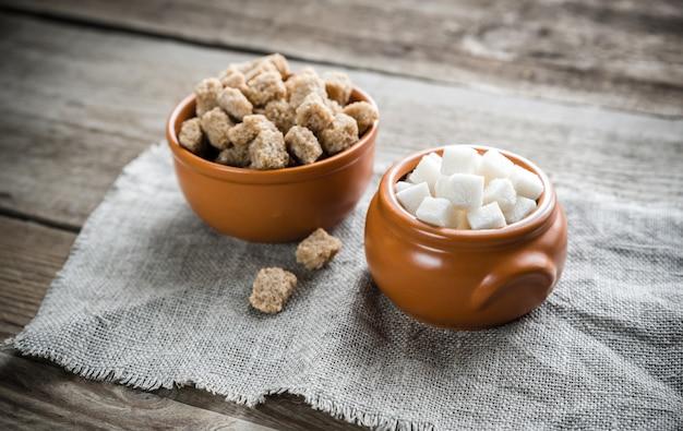 Ciotole di zucchero bianco e marrone
