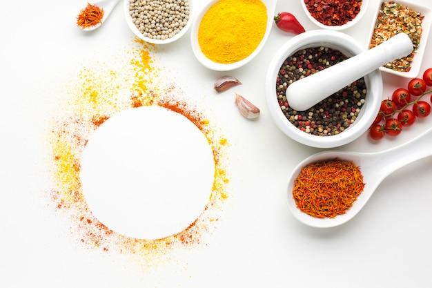 Ciotole e cucchiai con spezie sul tavolo