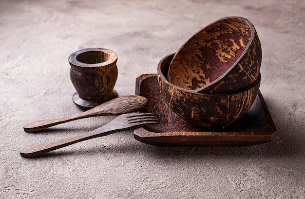Ciotole e piatti fatti da guscio di noce di cocco