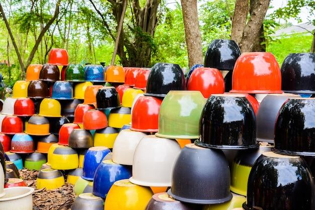 Ciotole in ceramica multicolore, vasi colorati e tazze o vasi realizzati a mano.