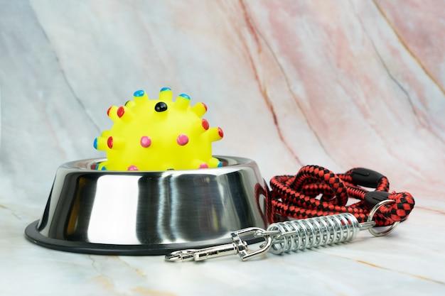 Ciotole inox con giocattolo e guinzaglio. concetto di forniture per animali domestici