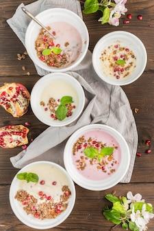 Ciotole per la colazione con frutta biologica