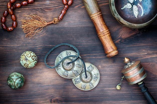 Ciotole tibetane, tamburi religiosi, perline e piatti, vista dall'alto