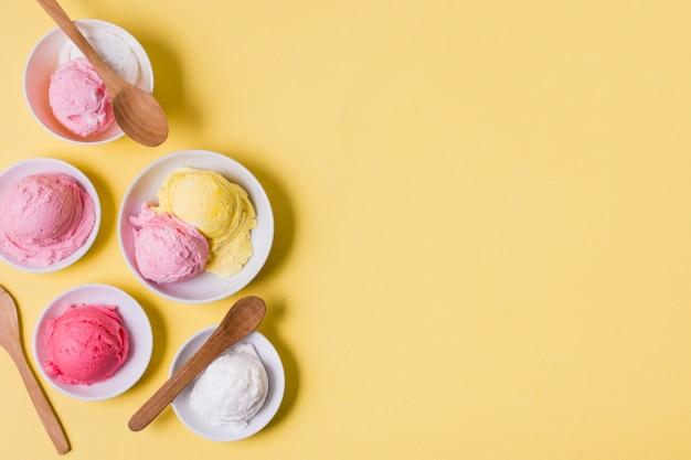 Ciotole vista dall'alto con gelato con copia-spazio