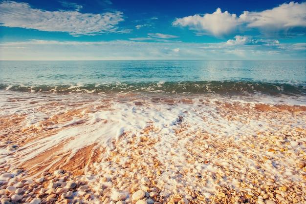Ciottoli sulla costa del mare. sicilia. italia. europa