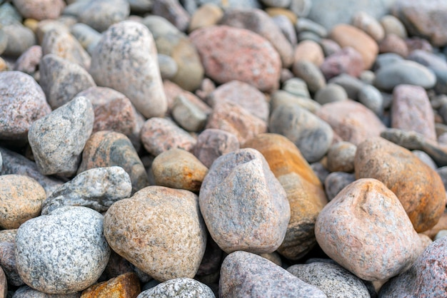 Ciottoli sulla riva. pietre rotonde sulla costa.
