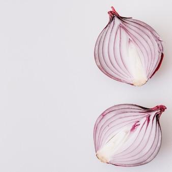 Cipolla divisa in due isolata su fondo bianco
