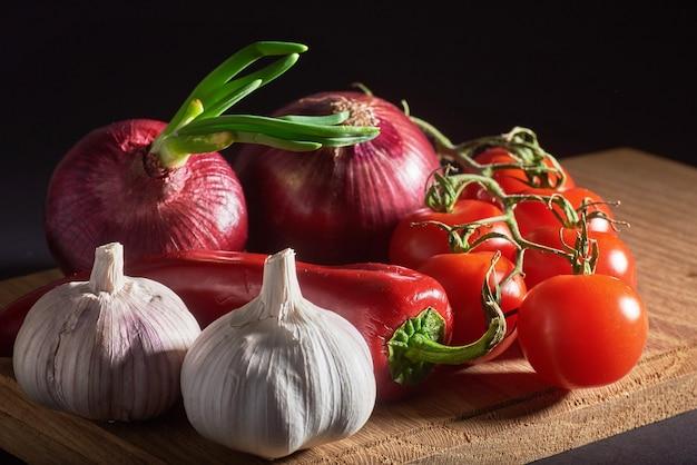 Cipolla e aglio e peperoncino e pomodori.