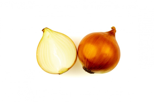 Cipolla fresca isolato su sfondo bianco.