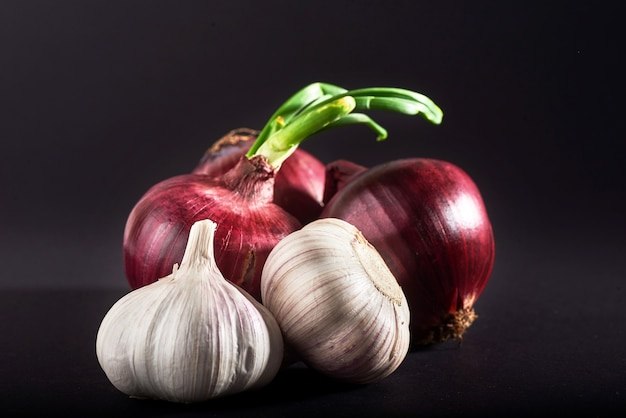 Cipolla viola blu e aglio isolato bianco su un nero