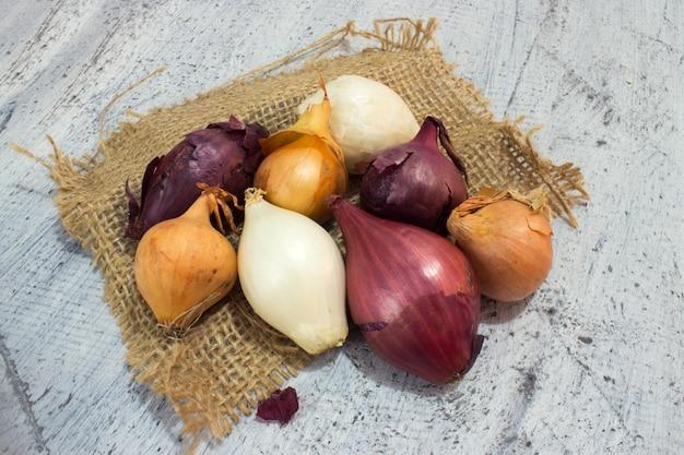 Cipolle diverse sul legno