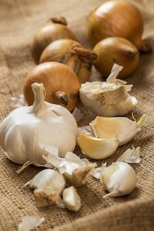 Cipolle e aglio sulla coperta