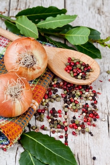 Cipolle fresche, grani di pepe e foglie di alloro