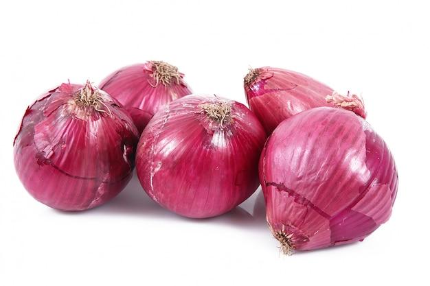 Cipolle rosse su bianco