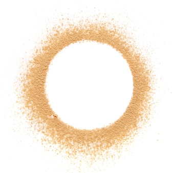 Cipria beige schiantata per il trucco come campione di prodotto cosmetico