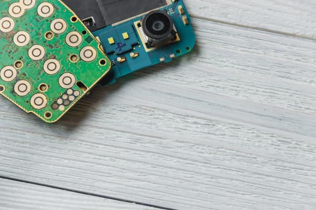 Circuito stampato con molti componenti elettrici con copyspace