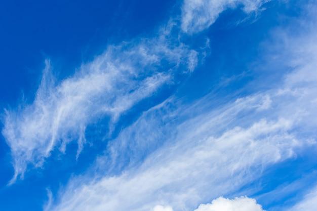 Cirri e cumuli sul cielo blu