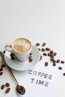 Citazione del tempo del caffè con chicchi di caffè