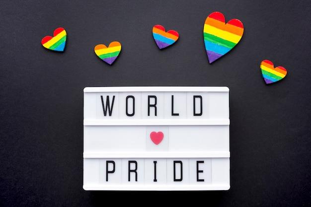 Citazione di orgoglio di amore del mondo con i cuori dell'arcobaleno