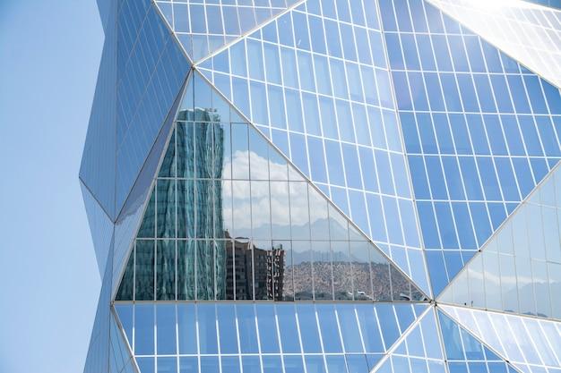 Città cilena riflessa nei grattacieli