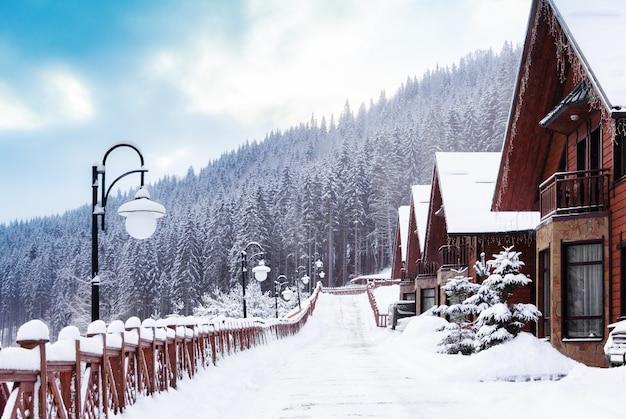 Città d'inverno in montagna