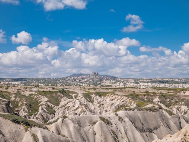 Città della caverna e formazioni rocciose in zelve valley, cappadocia, turchia.