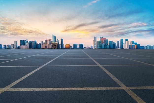 Città della pavimentazione dell'asfalto della strada principale della strada principale che costruisce edificio per uffici commerciale della costruzione