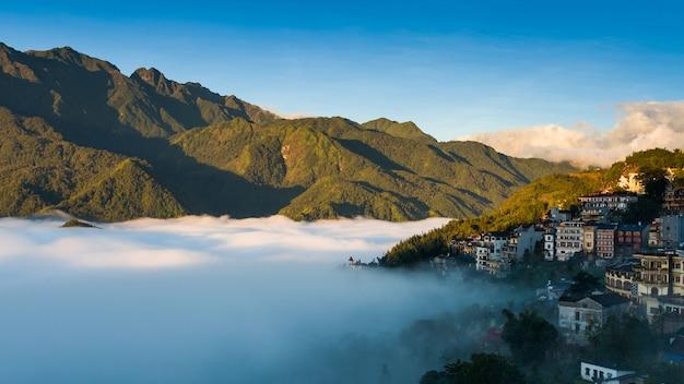 Città della valle di sapa nella foschia di mattina, il vietnam