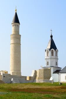 Città di bolgar, tatarstan, russia: chiesa dell'assunzione e moschea cattedrale