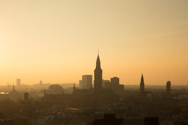 Città di copenaghen, danimarca. bella luce serale con edifici retroilluminati.