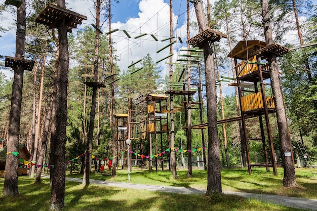 Città di corda tra gli alberi nel parco