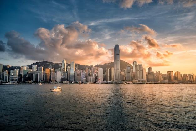 Città di hong kong dell'orizzonte alla vista di tramonto dal porto