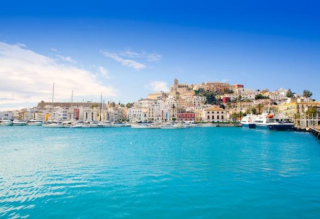 Città di ibiza di eivissa con la chiesa sotto cielo blu