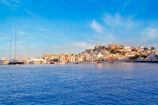 Città di ibiza eivissa con il blu del mediterraneo